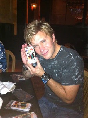 雨色ココアのiPhoneケースにサイン「Hi!Vicです!」